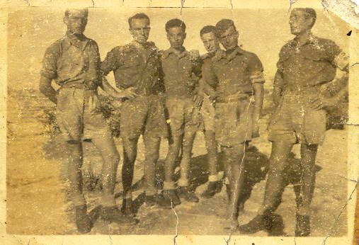 Una foto storica: Battista Alborghetti (il primo nella foto a sinistra)insieme a cinque commilitoni a  Cefalonia, nel 1943 prima della strage.