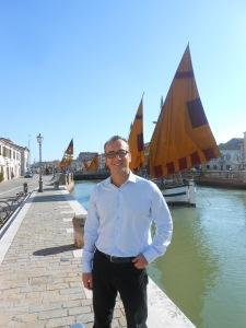 Il sindaco di Cesenatico dott. Roberto Buda sul Porto Canale disegnato da Leonardo Da Vinci, cuore della città.