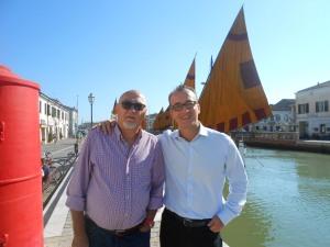 Il sindaco di Cesenatico Roberto Buda con l'assessore ai Lavori Pubblici   Antonio Tavani  sullo sfondo del bellissimo Porto Canale leonardesco.