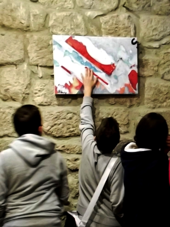 """Studenti in visita alla mostra """"Colori di un'Apocalisse"""" alla Rocca di Piancastagnaio (Siena). Foto di Roberto Alborghetti"""