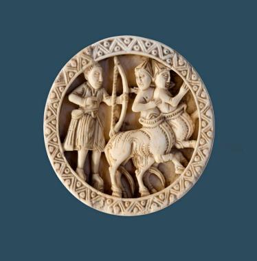 Pedina per dama (raffigurante Ercole e i centauri) Colonia XII sec