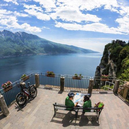 2 Lago di Garda_bike©www.gardalombardia.com